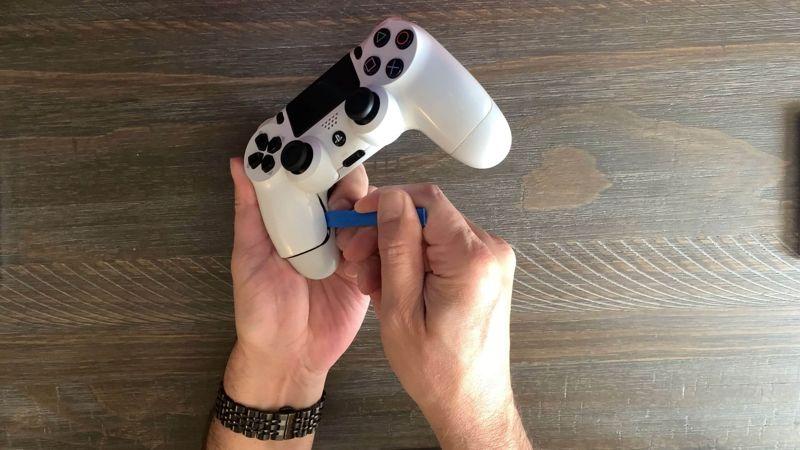 sostituire la batteria del DualShock 4 apertura