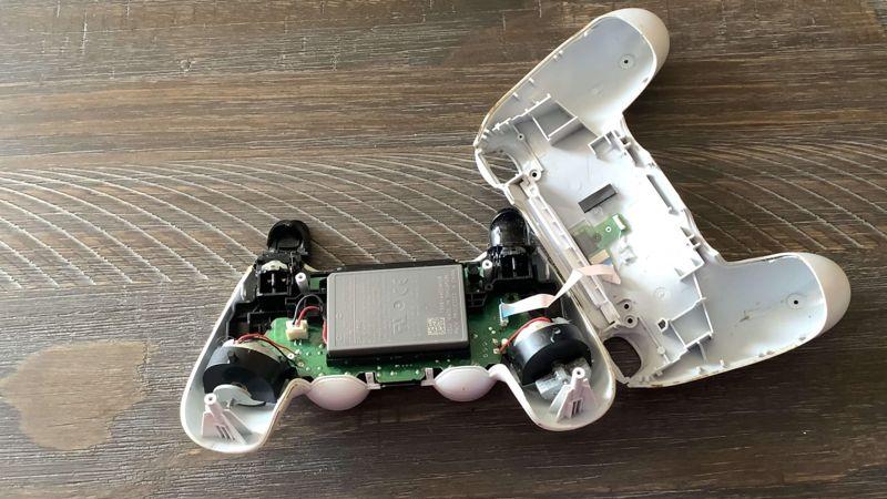 sostituire la batteria del DualShock 4 cavetto