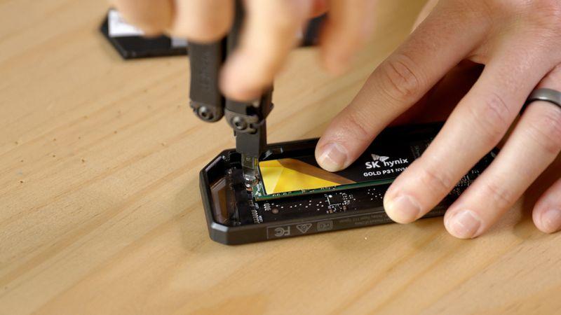 inserire e avvitare ssd portatile